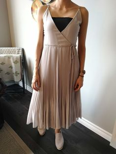 Flowy dress - FLOWY TIMES This outfit is all about comfort. This dress could be extremely dressy yet paired with these slip on shoes, it's a totally… Slip On Shoes, Pairs, Times, Outfits, Dresses, Fashion, Slip On Tennis Shoes, Vestidos, Moda