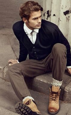 A black cardigan and brown chinos make for the ultimate laid-back style for any modern man. Our favorite of a variety of ways to round off this look is with tan leather casual boots. Rugged Style, Style Casual, Smart Casual, Men's Style, Jacey Elthalion, Brown Chinos, Casual Wear For Men, Men Wear, Le Male