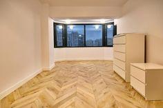 Am participat la renovarea unui apartament din Cluj, iar specialiștii Woodcore au recomandat clientului un parchet din stejar stratificat model Chevron, din clasa rustic. Rezultatul este spectaculos! Chevron, Flooring, Projects, Model, Log Projects, Blue Prints, Scale Model, Wood Flooring