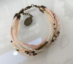 Ein persönlicher Favorit aus meinem Etsy-Shop https://www.etsy.com/de/listing/290229463/tohoperlen-armband-in-aprioo-rose-beige