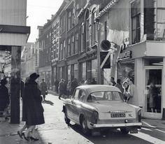 Inkijk in Bakkerstraat 1965. Toen reden er nog auto's tussen het winkelende publiek (H. Hofland, HUA)