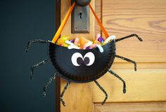 Delight your kids with cute homemade candy holders that just scream Halloween. For more functional crafts, visit P&G everyday today! Sac Halloween, Halloween Taschen, Halloween Goodie Bags, Scream Halloween, Theme Halloween, Halloween Goodies, Halloween Snacks, Halloween Games, Halloween Candy