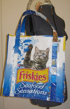 animal feed bags made into grocery totes.I purchased one for my sis.I think I loved it more than her. - Cat Food - Ideas of Cat Food Feed Bag Tote, Feed Sack Bags, Tote Bags, Dry Cat Food, Pet Food, Recycled Plastic Bags, Cat Bag, Bag Making, Purses And Bags