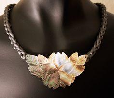 Gris et blanc irisée mère de déclaration perle collier par Woojoo, $43.00