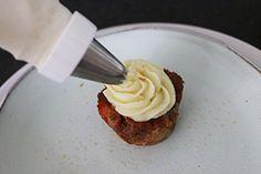 Deze feestelijke kleine meatloafs maak je in een muffinvorm en serveer je met een toef aardappelpuree