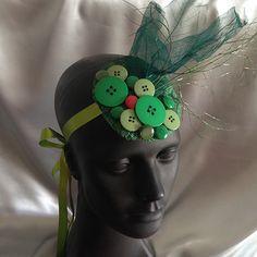 Fascinator verde, feito à mão, com botões, galhos e folhas secas.