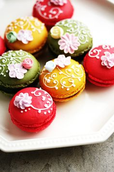 Macarons decorados con glasa real y flores de crema. Macarons decorated with royal icing and flowers. Macaron Cookies, Cupcake Cookies, Macaroon Cake, Cupcakes, French Macaroons, French Pastries, Cookies Et Biscuits, Mini Cakes, Cakes And More