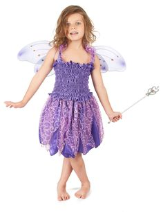 Disfraz violeta de hada para niña: Este disfraz violeta de hada para niña se compone de una falda, un top y un par de alas. La falda es de un tejido violeta muy ligero. La parte inferior de la falda y los tirantes del top van...