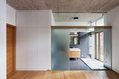 ESG üveg térelválasztó fal tolóajtóval, falc nélküli színfurnéros tele sík beltéri ajtó