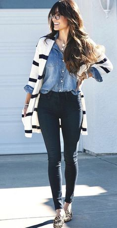 Look camisa jeans. Black skinny jeans, chambray button down, and a boyfriend cardigan with black and white stripes. Fall Winter Outfits, Autumn Winter Fashion, Spring Outfits, Outfit Jeans, Jean Shirt Outfits, Black Blouse Outfit, Denim Outfits, Look Camisa Jeans, Look Fashion