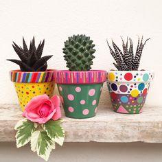 Painted Clay Pots, Painted Flower Pots, Hand Painted, Cactus Plante, Pot Plante, Tattoo Lettering Design, Pots D'argile, Easy Paper Crafts, Terracotta Pots
