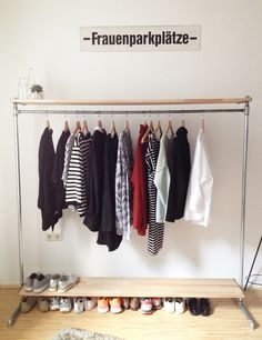 Wohnzimmer // Kleidung von der Stange