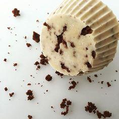 POSTRE HELADO (sabor chocotorta) Todos los que me conocen saben que es mi debilidad y tengo una gran capacidad para presentar esta torta de 10000 formas distintas. Hace un tiempo les subí la receta de la torta helada con el brownie de base. Esta receta es parecida salvo que el brownie va desmenuzado a modo de granizado entre la mezcla. Rinde 8 porciones Necesitas: (para la mezcla) 1 pote grande grande de queso crema de 500 gramos (en este caso queda mejor el Casancrem light que e...