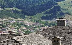 Metsovo is a town in Epirus, in the mountains of Pindus in northern Greece, between Ioannina to the north and Meteora to the south. Planet Earth, Places Ive Been, Paris Skyline, Grand Canyon, City Photo, Greece, Places To Visit, House Styles, Pictures