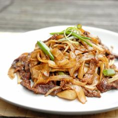 Classic Hong Kong Style stir-fried beef noodles that you can easily make at home in 15 minutes. So delicious!!!