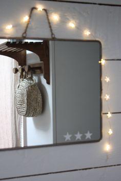 Ancien miroir de barbier en métal et verre.Le métal est un peu oxydé, trace de rouille. miroir en bon état.Dos gris d'origine, présentant des traces du temps.Taille : 38 cm par 28,5 cm.3 petits stickers étoiles blanches ont été rajoutés sur le miroir.Livraison par Colissimo ou Mondial Relay.Pour une livraison via Mondial Relay, merci de me contacter par mail après avoir validé votre commande, afin de m'indiquer votre relais.La différence de frais de port ...