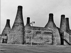 Large bottle kilns at the Gladstone and Roslyn works, Uttoxeter Road, Longton