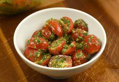 Gyors pestos paradicsomsaláta Green Eggs And Ham, Buffet, Salads, Paleo, Strawberry, Stuffed Peppers, Fruit, Vegetables, Recipes