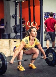 DANGEROUS LIFT: WRONG BAR ADDRESSAL, NO CHALK, AND NO WEIGHT LIFTING GLOVES; Who is she kidding? Don't ever do this ... seriously!