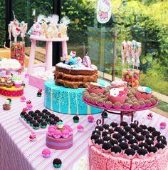 A mesa do bolo: muitos brigadeiros e cupcakes. Para um efeito bonito, os doces ficaram em bandejas e caixas de alturas variadas (foto: divulgação)