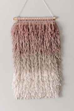 This Ombre wall hanging is super chic and it will add such great character to your home!Make your ombre wall hanging today! Weaving Wall Hanging, Tapestry Wall Hanging, Wall Hangings, Tapestry Weaving, Yarn Wall Art, Textiles, Diy Décoration, Diy Crafts, Decoration