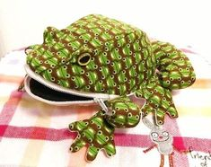 ハンドメイドマーケット minne(ミンネ)| **カエルの小物入れ** Plushie Patterns, Stuffed Toys Patterns, Fish Pencil Case, Sewing Crafts, Sewing Projects, Japanese Sewing Patterns, Frog Crafts, Animal Bag, Japanese Quilts