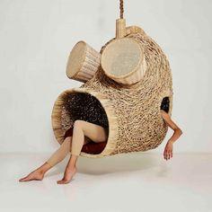 Avec beaucoup de style et une pincée d'humour, le designer sud-africain Porky Hefer, réalise des assises suspendues qui rappellent les nids tissés ou les cocons.  Créés à partir de canne à sucre, de raphia et de cuir, ces chaises évoquent un sentiment de confort et de sécurité, tout en mettant en valeur l'artisanat local. Ces créations conceptuelles sont encrées dans la culture et le savoir-faire africain mais aussi dans le patrimoine artistique de son pays d'origine.