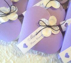 Cuori portaconfetti lilla con fiori bianchi e cordino viola, personalizzati con tag bianca con cuore intarsiato...  ...