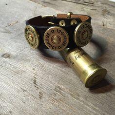 En cuir et bracelet de coquille de fusil de chasse en laiton.