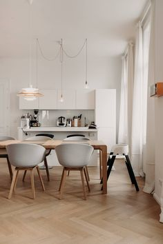 Wohntraum im Servitenviertel - Wiener Wohnsinnige Homestory House Tours, Kitchen, Table, Rooms, Furniture, Home Decor, Love Seat, Homes, House
