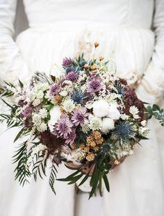 Completa tu look de boda con este prescioso ramo. Delight the groom with this special #bouquet of flowers Check other #wedding tips in our boards