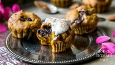 Základem pro tyto muffiny je dýňové pyré, které získáte vařením dýně Hokkaido v páře nebo troše vody doměkka. Vodu slijte a uvařenou dýni nechte vychladnout a rozmixujte. Udělejte si ho do zásoby, jelikož u jedné várky muffinů určitě nezůstane. Jsou tak snadné!