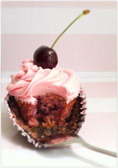 están muy muy ricos y jugosos. La receta de los cupcakes es de Peggy Porschen con algunos cambios y la crema de queso es increíble