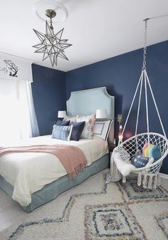 Dark blue teenage room with turquoise velvet bed and macrame hanging .Dark blue teenage room with turquoise velvet bed and macrame hanging chair . Dark blue teenage room with turquoise velvet bed and macrame hanging Teenage Girl Bedroom Decor, Blue Bedroom Decor, Teenage Room, Baby Bedroom, Decoration Bedroom, Trendy Bedroom, Bedroom Girls, Preteen Bedroom, Modern Bedroom