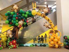 Jirafa y mono del arco del globo por Lily Tan