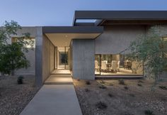 Location: Paradise Valley, Arizona - In a neighborhood of sprawling suburban houses on turf-covered lots, this residence at the end of a cul-de-sac is at home in its desert landscape.