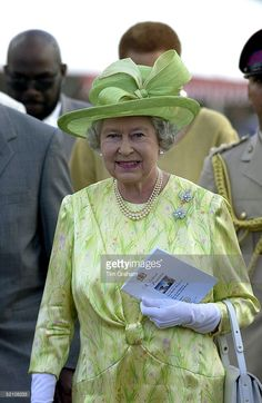 19 FEB 2002 Queen Elizabeth Ll On The Second Day Of Her Official Tour Of Jamaica Attending A Cultural Presentation In The Gardens Of The Governor General's Residence, Kings House Queen And Prince Phillip, Prince Charles And Diana, Prince Philip, Queen Hat, Queen Outfit, Elizabeth Philip, Queen Elizabeth Ii, God Save The Queen, Foto Real