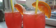 To lækre drinks med rød sodavand, vodka og appelsinjuice Drinks Med Gin, Cocktail Drinks, Cocktails, Martini, Hurricane Glass, Hot Sauce Bottles, Tapas, Vodka, Brunch