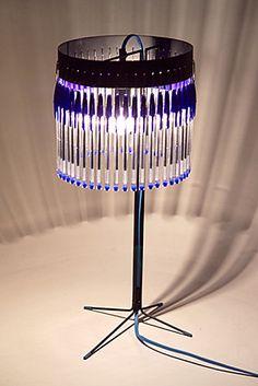 """A l'heure où les bouteilles en plastiques deviennent des stylos Bic, les stylos Bic, eux, se transforment en lampes !  design espagnol: """"En Pieza""""."""