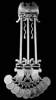 Propuesta de Orfebrería Mapuche Contemporánea, para la continuidad del oficio, una vez recuperada la técnica primaria, (herrería hispánica), y después de haber reproducido una gama muy amplia de obras ya existentes, se sugiere avanzar no solo en esta manifestación sino que en todo lo relativo a nuestra cultura. Silver Jewelry, Jewels, Antiques, Design, Tinkerbell, Art Crafts, Copper, Dresses, Jewellery Making