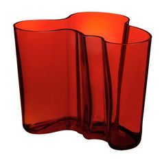 iittala Aalto Flaming Red Vase - Introduce a functional and innovative piece of art into your home. The Alvar Aalto vase has been a sensation since its inception in 1937 and now you can enjoy its simple and elegant beauty. Blanton Museum, Red Vases, Museum Shop, Alvar Aalto, Art Deco Design, Ux Design, Interior Design, Retro Home, Christmas Home