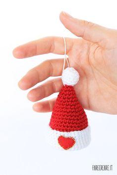 Cappello di Babbo Natale a uncinetto con cuore rosso da appendere.