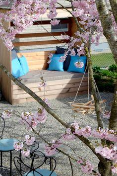 Ein Sitzplatz in zarten Frühlingsfarben – ein Strandkorb für Gärten von heute. Ladder Decor, Home Decor, Basket Weave Braid, Beach Tops, Natural Colors, Fiction, Mattress, Decoration Home, Room Decor