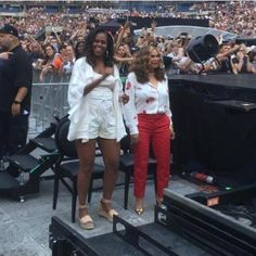Former first lady, Michelle Obama was spotted dancing at Beyonce and Jay-Z's concert in Paris. Michelle Obama and her daughter Sas. Michelle E Barack Obama, Barack Obama Family, Michelle Obama Fashion, Tina Knowles, Beyonce Knowles, Joe Biden, Durham, Obama Dancing, Malia And Sasha