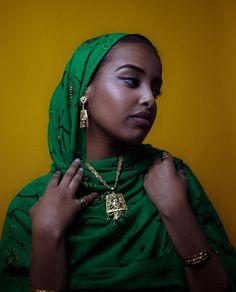Dhaqan celis | #muslim #muslimgirl #hijab #henna #hijabi #somali #makeup #contacts #beautiful #instagram #look #somaligirl #outfit #culture #somalia Beautiful Muslim Women, Beautiful Hijab, Beautiful Black Women, Beautiful People, African Beauty, African Fashion, Ethiopian Beauty, Mode Turban, Tribal Looks