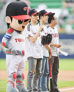 ;; 170801 LG Twins Ceremonial first pitch. . #JJProject #Jinyoung #JB #Verse2 #내일오늘 #JJProject_내일오늘 #GOT7 #IGOT7