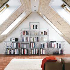 Idee per librerie modulari e leggere per arredare la mansarda, sfruttando gli angoli inutilizzati e seguendo le linee del tetto.