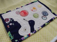 Bubbles Mug Rug. I think this is fantastic, although I would have quilted it differently. Small Quilts, Mini Quilts, Baby Quilts, Quilting Projects, Quilting Designs, Sewing Projects, Quilting Ideas, Mug Rug Patterns, Quilt Patterns