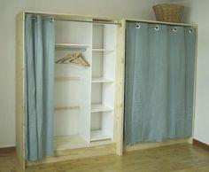 Fabriquer un dressing chic et économique avec un kit daménagement, des tablettes en bois et un grand rideau.