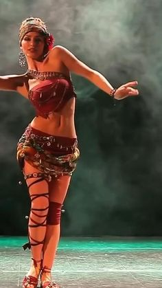 Cool Dance Moves, Pin Up Girl Vintage, Dance Choreography Videos, Tribal Belly Dance, Girls Time, Dance Poses, Brunette Beauty, Dance Pictures, Tight Leggings